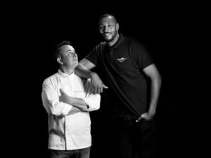 R P tp 011 Studio-Prigent-Photo-Photographe-reportage-portrait-personnage-boris-diaw-chef-french-burger-noir-blanc-accoude